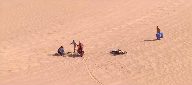 画像: 第10ステージ、大ジャンプ後の着地の衝撃で倒れこむP.クインタニラ(ハスクバーナ)。すでにオフィシャルの救護が現場に来ていますが、自分の走りを中断しても負傷者の介護をするスポーツマンシップは、ダカールラリー全参加者が持っています。 www.youtube.com