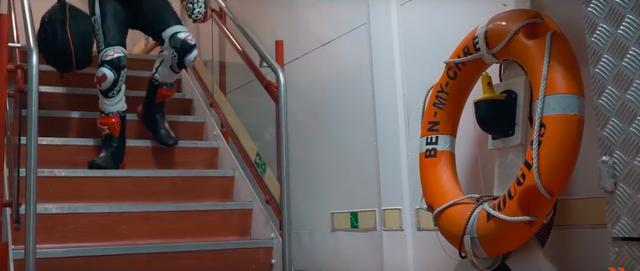 画像: レーシングレザースーツ姿で、船から降りようとするのは・・・。 www.youtube.com