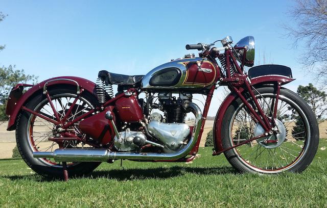 画像: マックイーンの愛機だった1938年型トライアンフ5Tスピードツイン。その後のスポーツバイクのあり方を定義付けたモデルと言われています。 www.bonhams.com