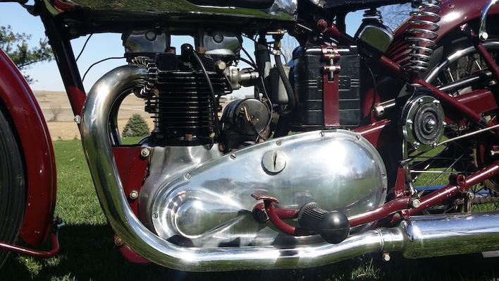 画像: 鋳鉄製シリンダーヘッド&シリンダーは、最初期のトライアンフツインの特徴のひとつです。エンジンとギアボックスは別体で、点火装置はシリンダー背面のマグネトーを用いています。1950年代半ば以降の時代に、トロフィーやボンネビルなどの発展型モデルが登場。そしてトライアンフツインは世界中で、最も愛されたモーターサイクルのひとつになりました。 www.bonhams.com