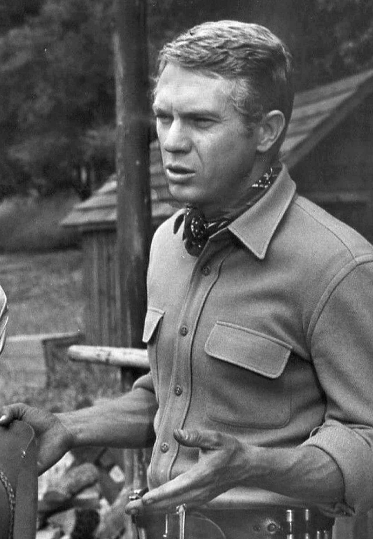 画像: 1959年、「拳銃無宿」でのS.マックイーン。彼は熱烈なモーターサイクル&カーガイとしても有名でした。 en.wikipedia.org