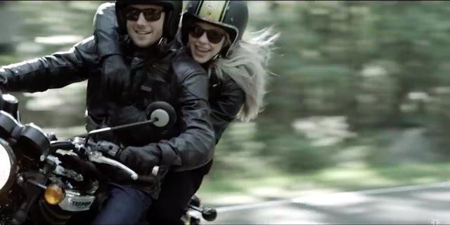 画像: この、「ライダーの肩に手回しタンデム」ライディングって、絵的にイイカンジですね。 www.youtube.com
