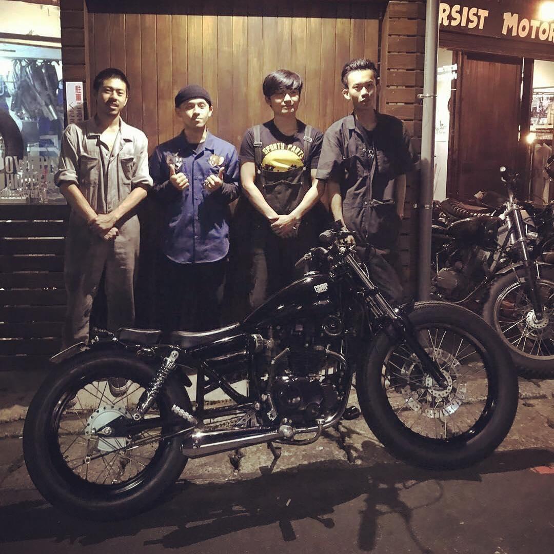 画像: チームの皆さん。みんな若くて、バイク大好きって感じがたまりません www.facebook.com