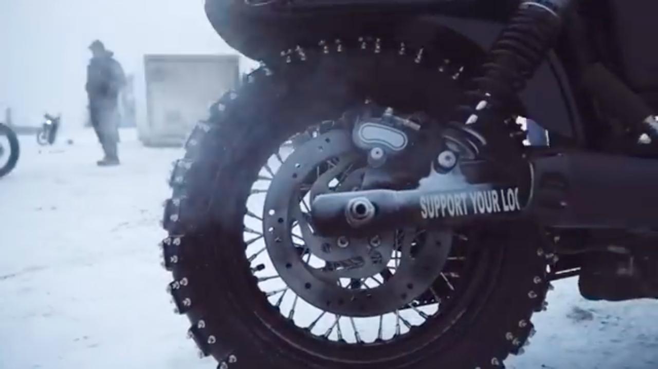 画像: スパイクを打ち込みまくったタイヤは、真冬のカナダを走るには必須のアイテムでしょう。 www.youtube.com