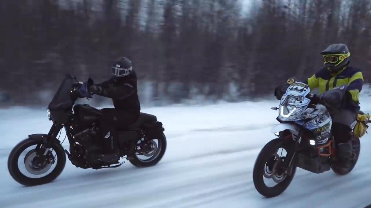 画像: ツアーガイドのマシンはKTM(右)ですけど、他メーカーのバイクも普通に公式YouTubeチャンネルの動画に映す太っ腹ぶりがハーレーダビッドソンの素敵さです。 www.youtube.com