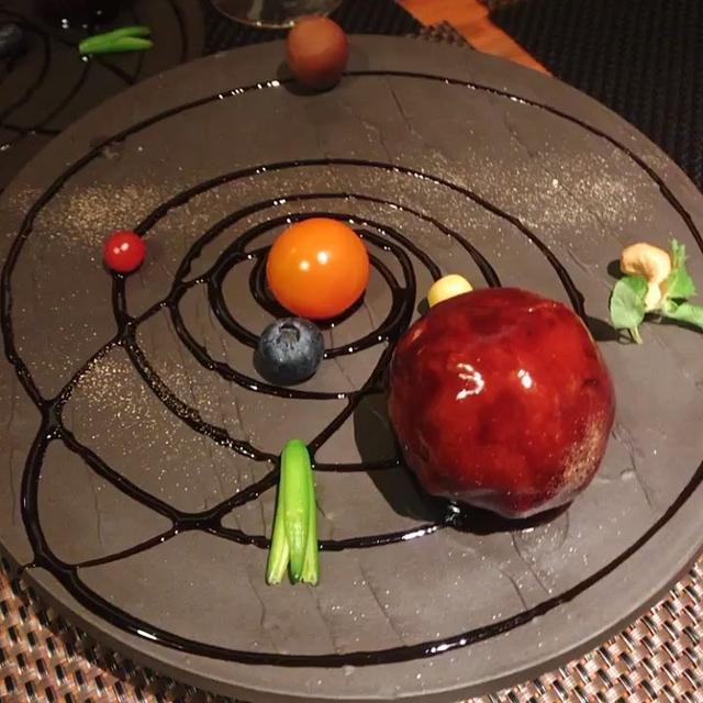 """画像1: Fukunaga Momoko on Instagram: """"✨ 北新地のオシャレごはん♡ メニューが○○のような** 1枚目はプラネタリウムのような酢豚!! 回るお皿に乗せてお姉さんが宇宙の説明してくれたん♡ ちなみに酢豚は地球だょ⸜( ˙▿˙ )⸝ はやぶさ、ハレー彗星、天の川まであって素敵♡♡ ②お寿司のようなお刺身サラダ…"""" www.instagram.com"""