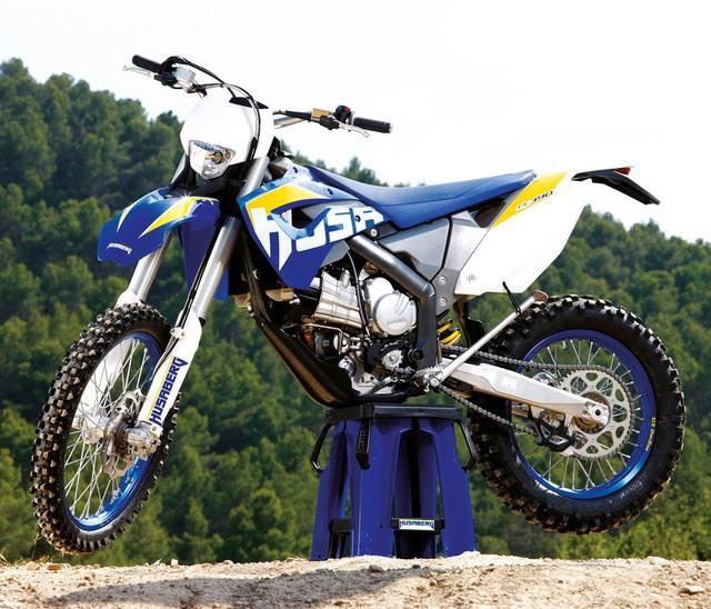 画像: フサベルFE390。当時、そのユニークなエンジンレイアウトは、オフロード界だけでなく多くのモーターサイクルファンに注目されました。 www.rustsports.com