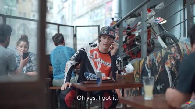 画像: 「うん、オレ持ってるよ」とトマスからの電話に応えるのは、ハードエンデューロ界で活躍するベンジャミン・ヘレーラです。 www.youtube.com