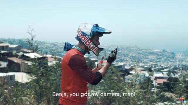 画像: 「ベンカ!! (ベンジャミン)、お前俺のカメラ持ってるだろ!!」と電話でキレて? さけぶトマス・・・。 www.youtube.com