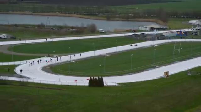 画像: ちょっとわかりにくいかもしれませんが、スケートをしている人々の後方から、2台のカートが迫ってきます・・・。 www.youtube.com