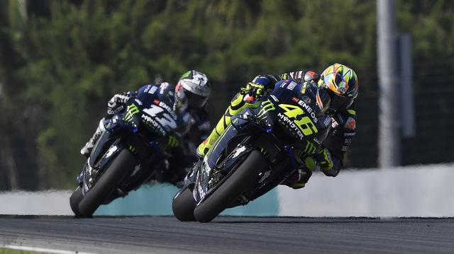 画像: 先日行われたMotoGP公式テスト(セパン)で、精力的にヤマハYZR-M1の走り込みをしたV.ロッシ(右)。後方はチームメイトのマーベリック・ビニャーレスです。 www.yamaha-racing.com