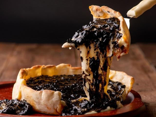 画像: 「モッツァレラチーズ×チーズフォンデュソース×ミートソース×イカ墨」 1,580円(税別)