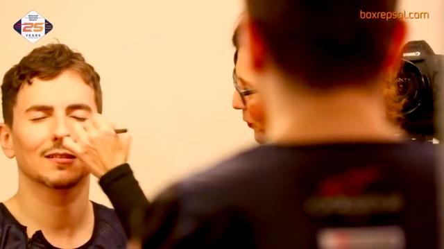 画像: メークさんのお世話になるロレンソ・・・。うっとりしているように見えるのは私だけ? www.youtube.com