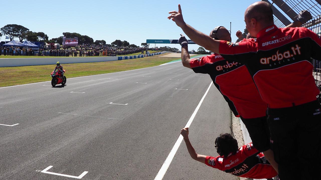 画像: 圧勝で自身のSBKデビューレース、そしてドゥカティパニガーレV4 Rのデビューレースを制覇したA.バウティスタを、チームスタッフが祝福します。 www.worldsbk.com