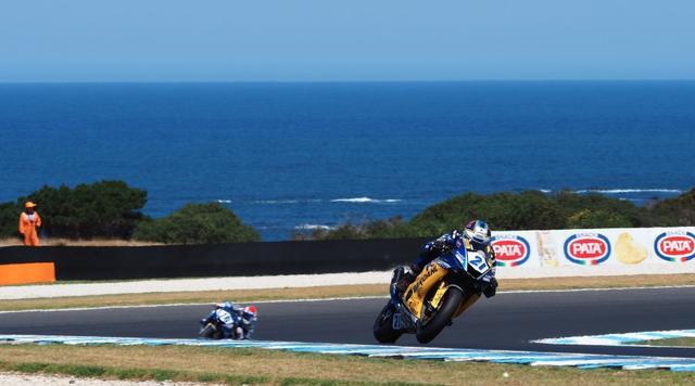 画像: J.クルーゼルに対し差を広げていくトップのR.クルメナッハ www.worldsbk.com