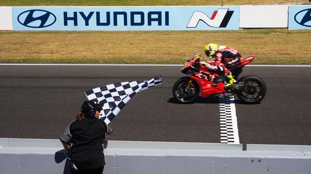 画像: 土曜日のレース1に続き、スーパーポールレースも勝利したA.バウティスタ(ドゥカティ)。彼は初のスーパーポールレースに勝利した男としても、SBKの歴史にその名を刻みました。 www.worldsbk.com