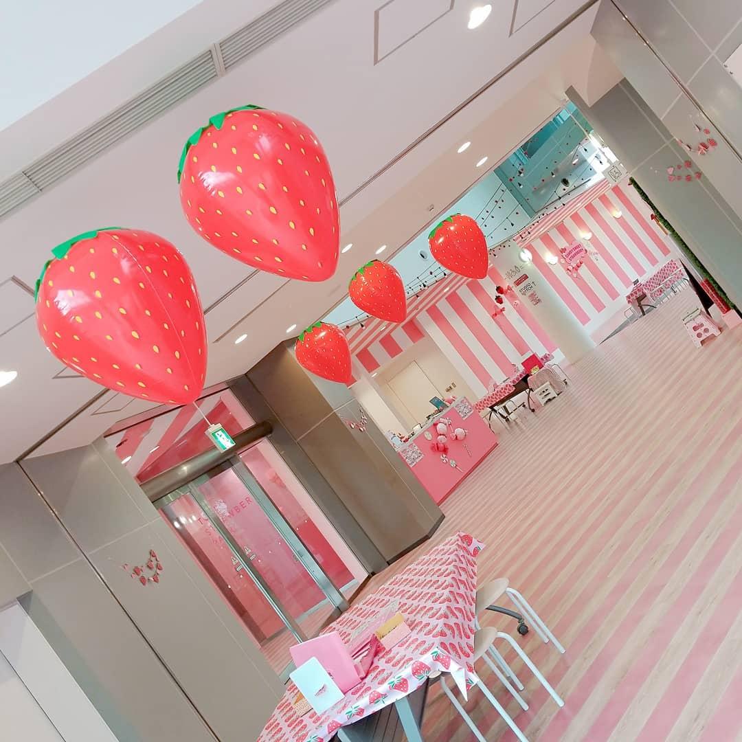 """画像1: 東京ストロベリーパーク(公式) on Instagram: """"館内にイチゴが浮かび始めました 【本日の予約状況】 ※営業時間AM11時~PM4時(イタリアンビュッフェラストオーダーPM2時半) ※イチゴ狩りは満員です❌ ※イタリアンビュッフェ空きございます⭕ #東京ストロベリーパーク #tokyostrawberrypark…"""" www.instagram.com"""