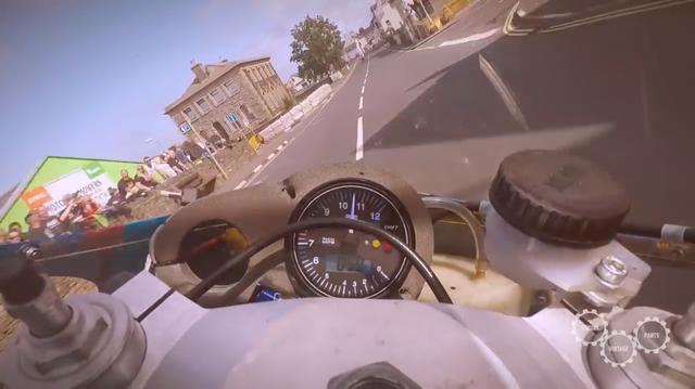 画像: レブカウンターとかブレーキは、当時モノではなくアップデートされているようです。 www.youtube.com