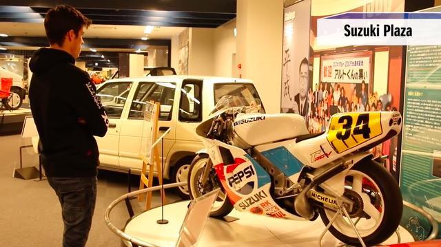 画像: 実験のあとは、スズキ本社の至近にあるスズキプラザで、2人はスズキの歴史をお勉強? しました。 www.youtube.com