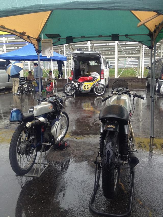 画像: 数年前のLOC=レジェンド・オブ・クラシック(1972年以前生産車による、ヒストリックロードレースのシリーズ戦)の様子。右が私のマンクスノートン(空冷4ストローク単気筒DOHC2バルブ・500cc)です。10数年の歴史でLOC決勝が雨になることは珍しいのですが、この日はその珍しいパターンでした。
