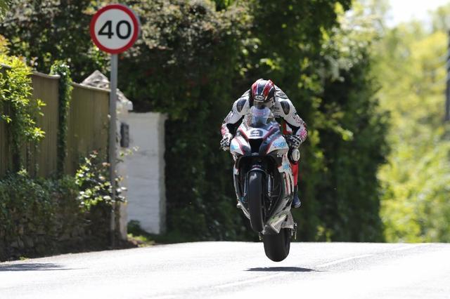 画像: ハッチンソンの好調ぶりはホンモノです。ハットトリック(TTレースウィークで3勝)はなるか? 注目しましょう。 media.crash.net