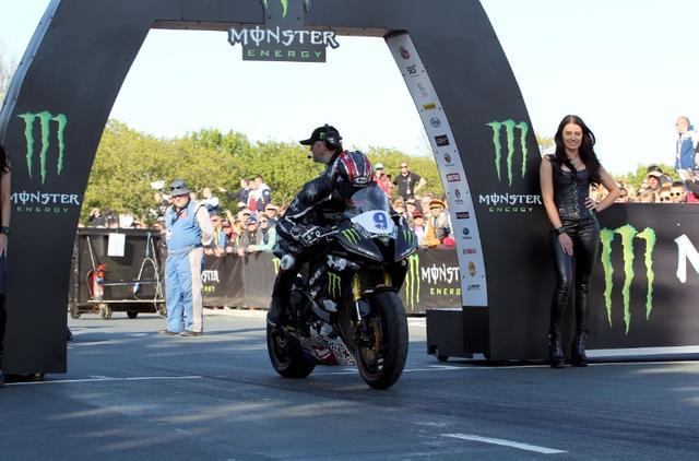 画像: スタートゲートに待機する、イアン・ハッチンソンとヤマハYZF-R6。このレースの冠スポンサーは、モンスターエナジーでした。 media.crash.net
