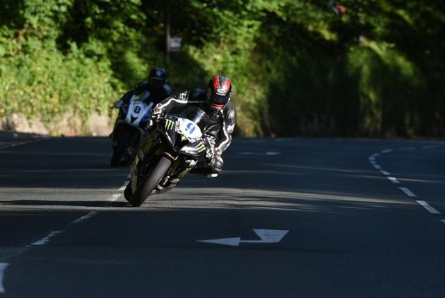 画像: チーム・トラクション・コントロールのヤマハYZF-R6で勝利へ爆走するハッチンソン。 www.iomtt.com
