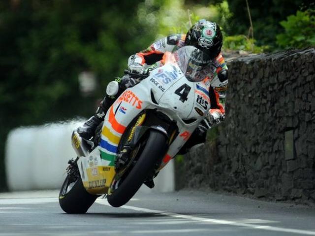 画像: 2010年、ハットトリック(1回のマン島TTウィークで3勝)を超える5勝を記録したイアン・ハッチンソン。 www.bikeracing.it