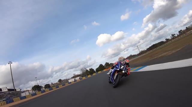 画像: 動画はYARTのヤマハYZF-R1が2台、接近走行を繰り広げます。ライダーはニッコロ・カネパと、彼のチームメイトであるマービン・フリッツです! www.youtube.com
