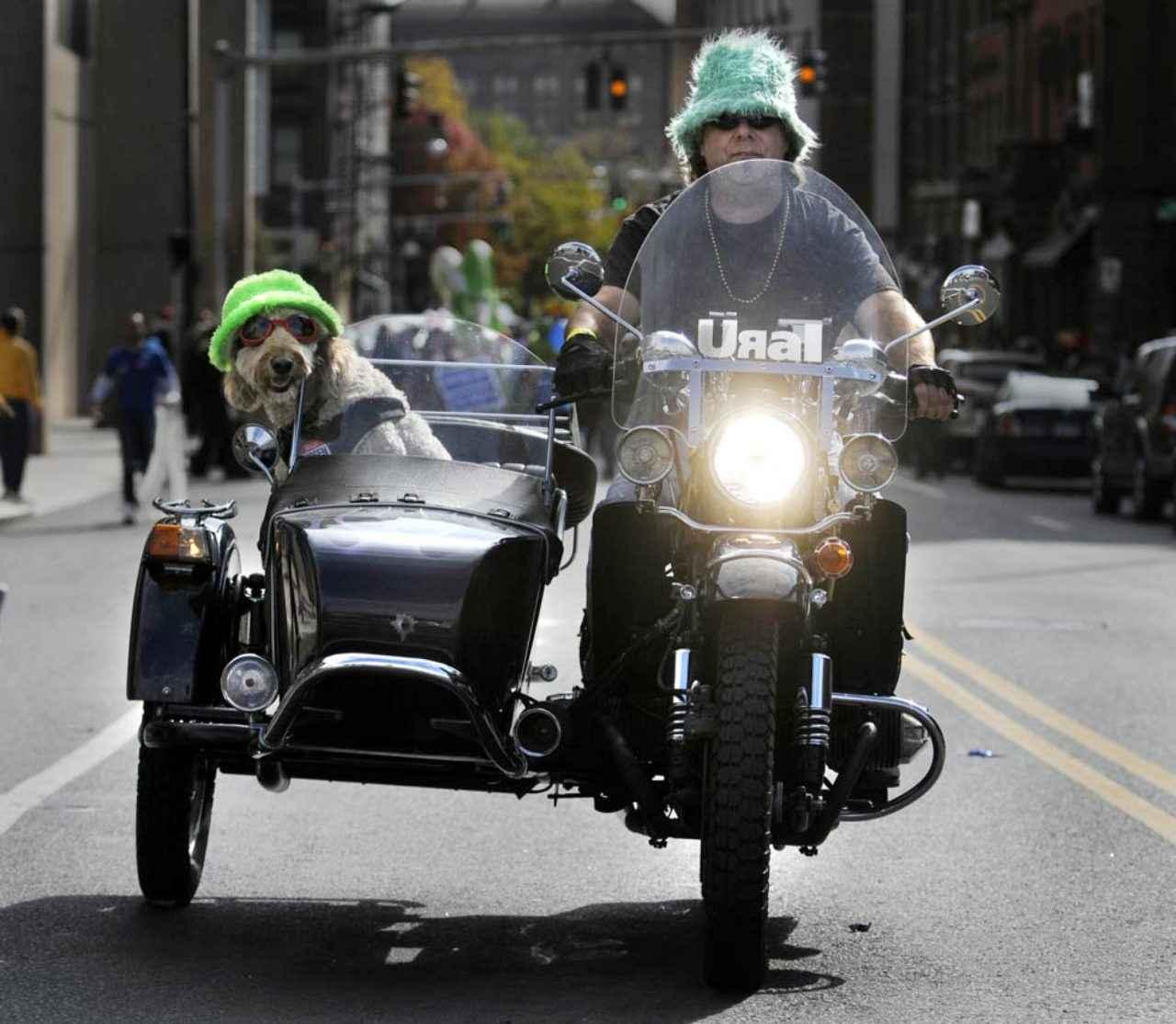 画像: ウラルサイドカーで疾走! お揃いの帽子もイイですね。 blogs.courant.com