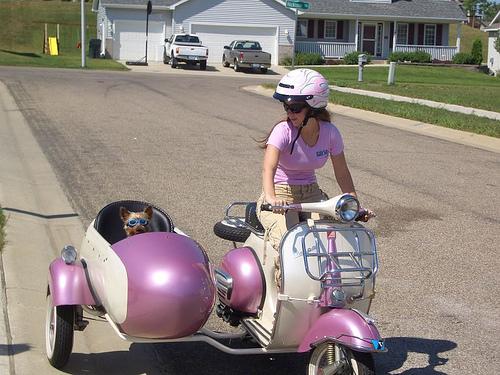 画像: 可愛らしいベスパスクーターのサイドカー。カラーコーディネートが完璧ですね。 farm1.static.flickr.com