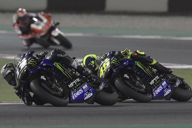画像: ポールポジションながらポジションダウンしていくM.ビニャーレス(ヤマハ、左)。一方V.ロッシ(右)は4周目には、チームメイトの背後の8位までポジションを上げてきました! race.yamaha-motor.co.jp