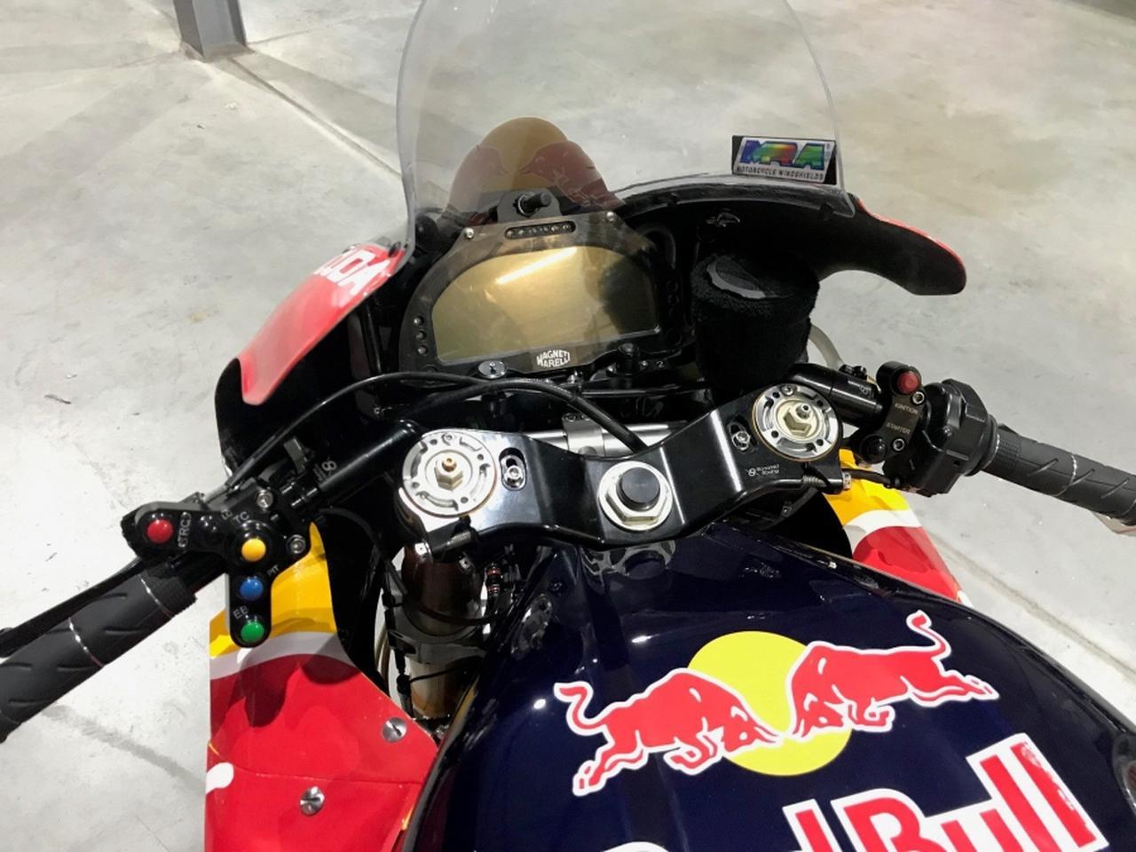 画像: この2018年型車は、マグネッティ・マレリの電子制御を備えています。サブフレームとともに、トリプルクランプはボナミーチレーシング製です。 www.tenkateracing.com