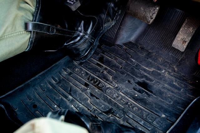 画像: 足元にはUS Jeep ® のゴム製フロアマットが敷いてあるから、泥だらけのブーツでも大丈夫。むしろ、マットの汚れは目一杯楽しんだ証拠だろう。