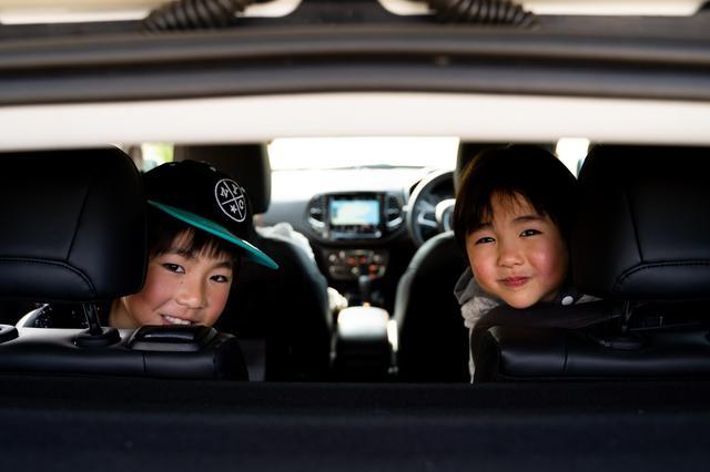 画像: 後部座席はまるで子ども部屋。子どもたちのにぎやかな声が車内から聞こえてきた。