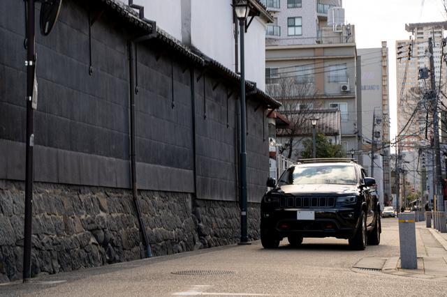 画像: 古い街並みをバックに大人の風格を漂わせるGrand Cherokee Trailhawk。日本のこうした風景にもよく馴染む。