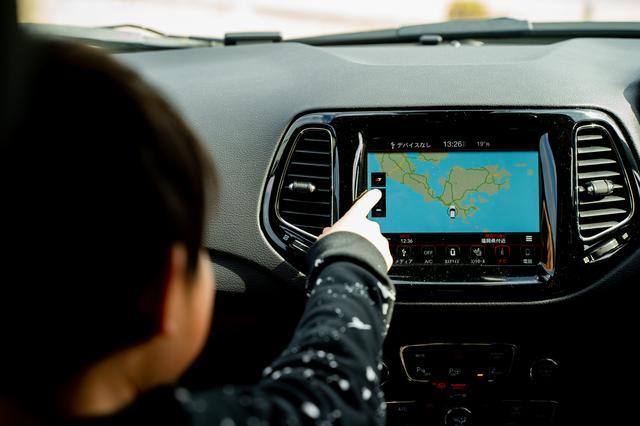 画像: ダッシュボード中央には「Uconnectシステム」を搭載。Apple CarPlayおよびGoogle Android Autoに対応している。