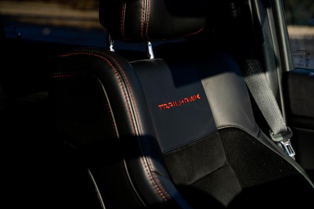 画像: エクステリアだけでなく、シートのステッチ部分などインテリアの細かな場所にもブラックとレッドの配色が施されている。