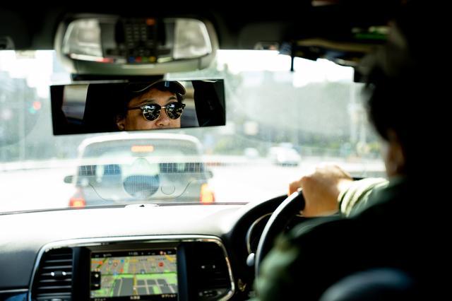 画像: 車内では好きな音楽を流しながら、夫婦で会話を楽しみ過ごしている。パワフルなクルマなのに、車内は意外にも静かで居心地の良い空間だった。