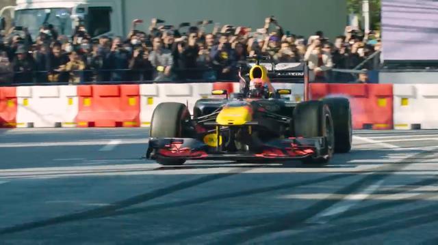 """画像: 後輪をスピンさせてクルクル回る""""ドーナッツ""""を披露。東京の特設コースは狭いので、コントロールを失ってバリアにヒットしないか心配しながら見てしまいました・・・。 www.youtube.com"""
