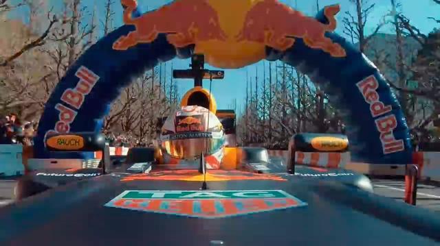 画像: 複数のカメラによる映像なので、様々なアングルでレッドブルF1の迫力ある走りを楽しめます。 www.youtube.com