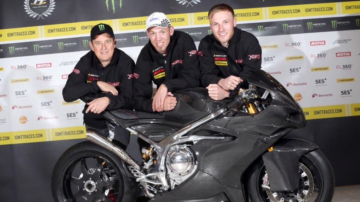 画像: こちらのマシンが「ノートン・スーパーライト」です。ライダーは左からJ.マクギネス、P.ヒックマン、そしてD.トッド。 www.iomttraces.com