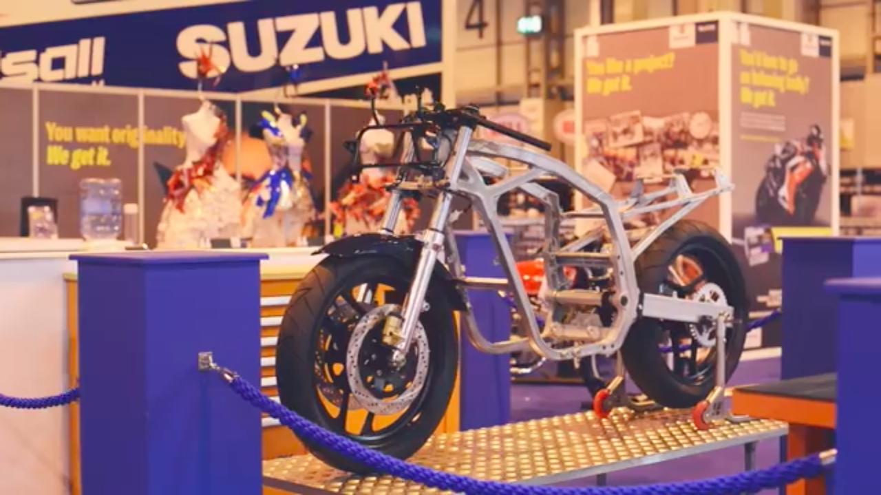 画像: そんなスズキブースの一角に、骨格状態になったバイクが展示されています・・・? www.youtube.com