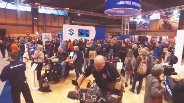 画像: NECでのショーの、スズキブース。多くの人でにぎわっています。 www.youtube.com
