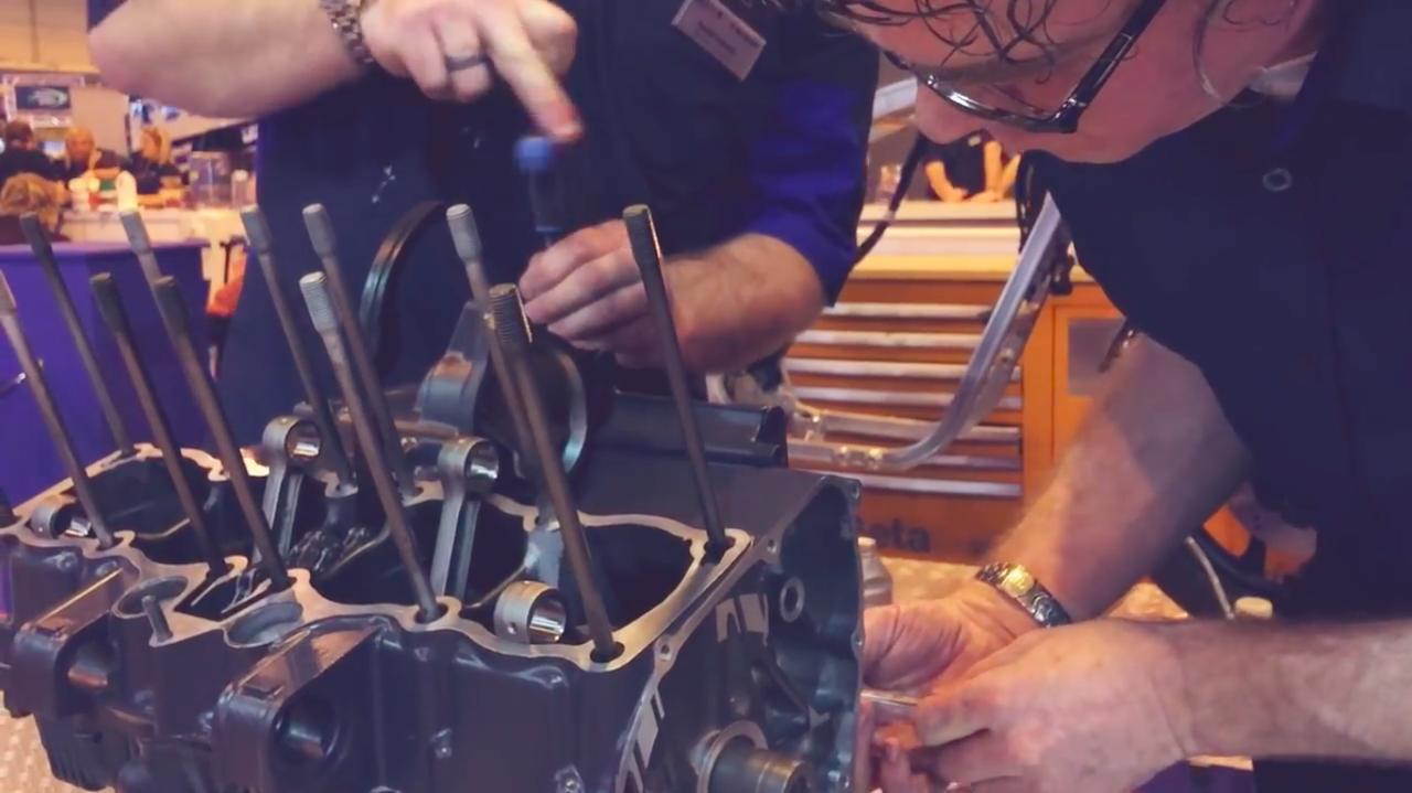 画像: この時代のGSX-R750の特徴である油冷4気筒エンジンが、組み上がっていく様子も見ることができます。 www.youtube.com