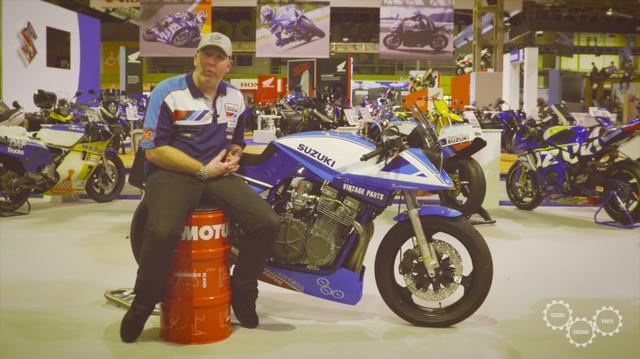 画像: モチュールのオイル缶に座り、スズキカタナレーサーの解説をするのは、チームクラシックスズキのチーフクルー、ネイサン・コロンビさんです。 www.youtube.com