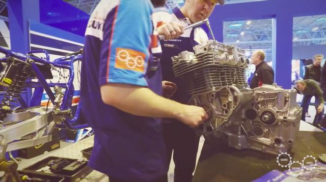 画像: エンジンにはハイカムなど、レース用パーツが組み込まれていきます。 www.youtube.com