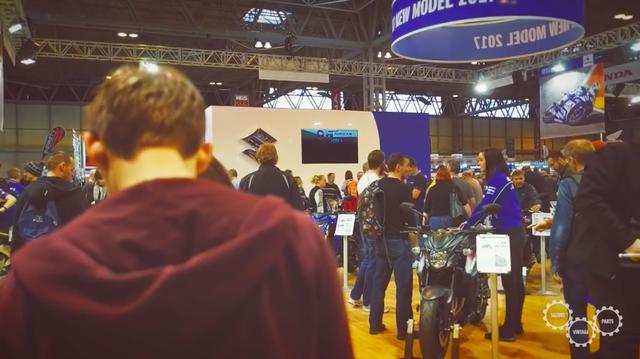 画像: 舞台は前回GSX-R750編同様、英国のモーターサイクルショー会場です・・・。 www.youtube.com