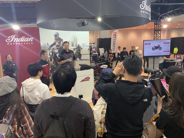 画像: 製品開発ディレクターのベン・リンダマン氏によって紹介されるFTR1200。通訳するのは日本市場チーフレプレゼンタティブの藤原裕史氏