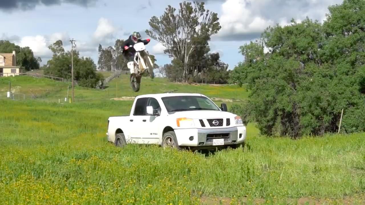 """画像: ピックアップトラックを""""ぴょ〜ん""""と飛び越えます。なおヒルが乗っているのは、ALTA MOTORSの電動モトクロッサーですね。 www.youtube.com"""